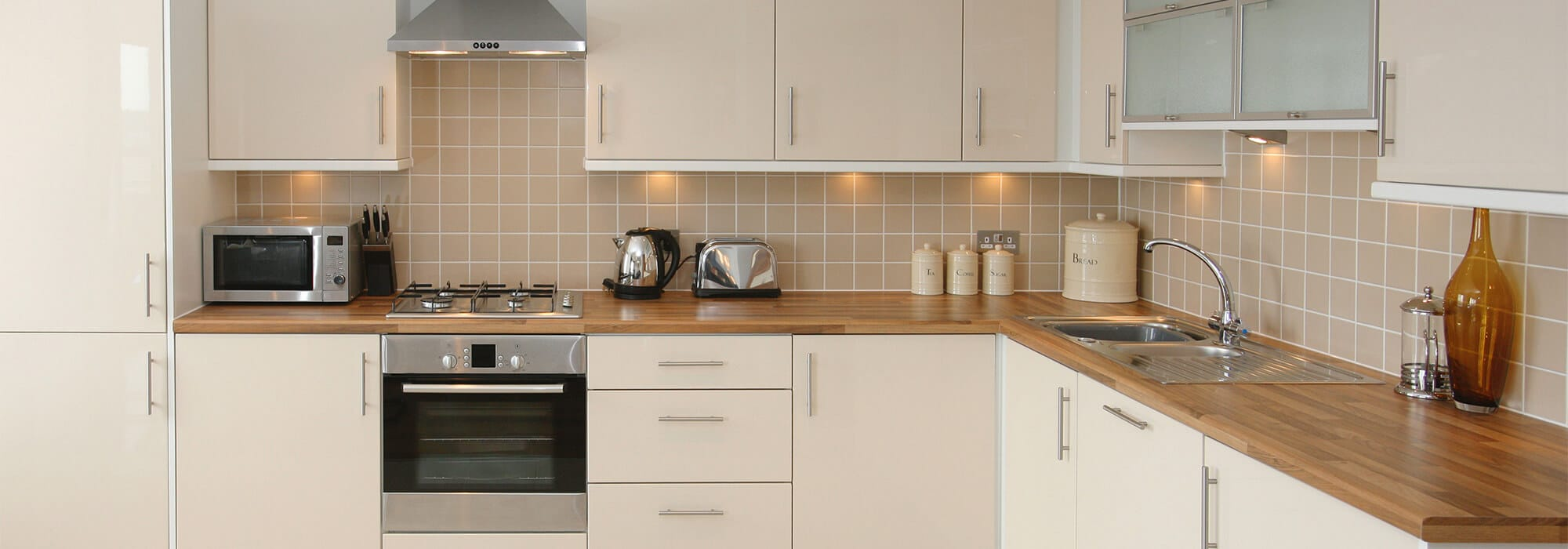 Pour les finitions des cuisines, découvrez nos solutions de profilés, listels et croisillons de carrelage